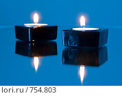 Купить «Две горящих свечи на зеркальной поверхности», фото № 754803, снято 2 марта 2009 г. (c) Кирпинев Валерий / Фотобанк Лори