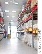 Купить «Мужчина работает на желтом электроподъемнике на складе строительных материалов», фото № 757547, снято 14 марта 2009 г. (c) Баевский Дмитрий / Фотобанк Лори