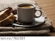Купить «Чашка кофе с пенкой и кекс на мешковине», фото № 763551, снято 16 февраля 2009 г. (c) Лисовская Наталья / Фотобанк Лори