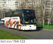 Купить «Туристический автобус едет по дороге, улица Уссурийская, район Гольяново, Москва», эксклюзивное фото № 764123, снято 12 ноября 2008 г. (c) lana1501 / Фотобанк Лори