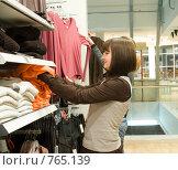 Купить «Две девушки в магазине одежды», фото № 765139, снято 11 марта 2009 г. (c) паша семенов / Фотобанк Лори
