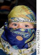 Любопытный европейский ребенок, одетый в платок на Арабский манер. Стоковое фото, фотограф Sergii Korshun / Фотобанк Лори