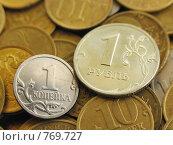 Монеты одна копейка и один рубль на фоне других монет. Стоковое фото, фотограф Дмитрий Натарин / Фотобанк Лори