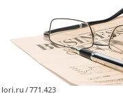 Купить «Газета, перьевая ручка, очки», фото № 771423, снято 26 марта 2008 г. (c) Михаил Белков / Фотобанк Лори
