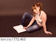Купить «Девушка-студентка готовится к экзаменам. Задумалась, сидя с учебником на полу», фото № 772463, снято 9 февраля 2009 г. (c) Олег Тыщенко / Фотобанк Лори