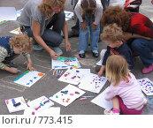 Купить «Дети рисуют на асфальте», фото № 773415, снято 28 июня 2008 г. (c) Татьяна Белова / Фотобанк Лори
