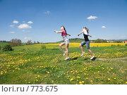 Купить «Радостные девочки бегут по полю», фото № 773675, снято 9 мая 2008 г. (c) Ирина Игумнова / Фотобанк Лори