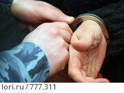 Купить «Руки в наручниках. Сотрудник МВД открывает замок», эксклюзивное фото № 777311, снято 13 марта 2008 г. (c) Татьяна Белова / Фотобанк Лори