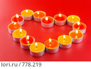 Свечи в виде сердца, на красном фоне. Стоковое фото, фотограф Vitas / Фотобанк Лори