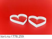 Купить «Белые  сердца на красном  фоне», фото № 778259, снято 23 января 2009 г. (c) Vitas / Фотобанк Лори