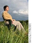 Купить «Женщина отдыхает на лугу», фото № 778551, снято 12 июня 2006 г. (c) Losevsky Pavel / Фотобанк Лори