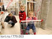 Пара выбирает товары, дети сидят в тележке, фото № 779003, снято 27 марта 2017 г. (c) Losevsky Pavel / Фотобанк Лори