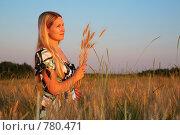 Купить «Молодая женщина в поле», фото № 780471, снято 10 декабря 2019 г. (c) Losevsky Pavel / Фотобанк Лори