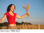 Купить «Молодая женщина держит колоски пшеницы», фото № 780527, снято 10 декабря 2019 г. (c) Losevsky Pavel / Фотобанк Лори