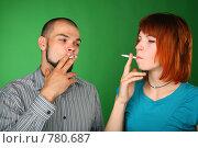 Купить «Курящие мужчина и девушка на зеленом фоне», фото № 780687, снято 22 июня 2018 г. (c) Losevsky Pavel / Фотобанк Лори