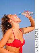 Купить «Молодая женщина пьет воду», фото № 780775, снято 26 мая 2019 г. (c) Losevsky Pavel / Фотобанк Лори