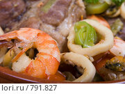 Катаплана - свинина, тушеная с морепродуктами, креветка на переднем плане. Стоковое фото, фотограф Елена А / Фотобанк Лори