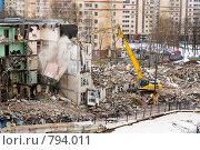 Купить «Снос пятиэтажки, 2009 год», эксклюзивное фото № 794011, снято 14 ноября 2019 г. (c) Сайганов Александр / Фотобанк Лори