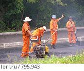 Рабочие укладывают асфальт (2008 год). Редакционное фото, фотограф lana1501 / Фотобанк Лори