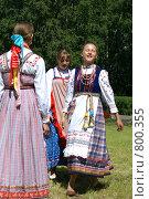 Русские девушки пляшут кадриль (2008 год). Редакционное фото, фотограф Екатерина Покотилова / Фотобанк Лори