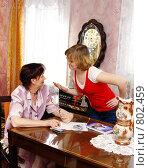 Купить «Разговор между дочерью и матерью», фото № 802459, снято 11 апреля 2009 г. (c) Ирина Солошенко / Фотобанк Лори