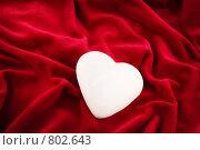 Купить «Сердце на красном вельвете», фото № 802643, снято 26 ноября 2007 г. (c) Галина Короленко / Фотобанк Лори