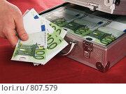 Купить «Рука человека держит купюры по сто евро», фото № 807579, снято 13 апреля 2009 г. (c) Игорь Соколов / Фотобанк Лори
