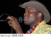 Купить «Темнокожий мужчина в широкополой шляпе поет караоке», фото № 808559, снято 17 августа 2006 г. (c) Александр Подшивалов / Фотобанк Лори