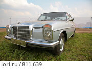 Купить «Старинный серебристый автомобиль», фото № 811639, снято 18 августа 2019 г. (c) Losevsky Pavel / Фотобанк Лори