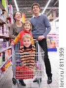 Купить «Семья в супермаркете», фото № 811959, снято 11 ноября 2019 г. (c) Losevsky Pavel / Фотобанк Лори