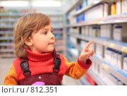 Купить «Девочка в магазине косметики», фото № 812351, снято 17 января 2008 г. (c) Losevsky Pavel / Фотобанк Лори