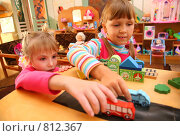 Купить «Две девочки играют», фото № 812367, снято 21 августа 2018 г. (c) Losevsky Pavel / Фотобанк Лори