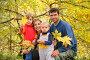 Семья в осеннем парке, фото № 812459, снято 14 сентября 2017 г. (c) Losevsky Pavel / Фотобанк Лори
