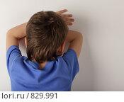Купить «Расстроенный мальчик стоит спиной», фото № 829991, снято 12 января 2008 г. (c) Гладских Татьяна / Фотобанк Лори