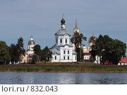 Мужской монастырь  на острове озера Селигер (2008 год). Стоковое фото, фотограф Инна Додица / Фотобанк Лори