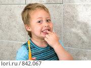 Мальчик показывает свои белые зубы. Стоковое фото, фотограф Beniamin  Gelman / Фотобанк Лори