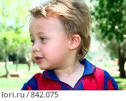 Маленький мальчик на улице. Стоковое фото, фотограф Beniamin  Gelman / Фотобанк Лори