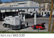 Таможенный досмотр. Сканирование автомобиля при помощи специального устройства (2009 год). Редакционное фото, фотограф Татьяна Vikkerkaar / Фотобанк Лори