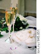 Купить «Свадебные бокалы», фото № 845851, снято 25 апреля 2009 г. (c) Ирина Литвин / Фотобанк Лори