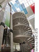 Винтовая лестница и лифт в торговом центре. Стоковое фото, фотограф Игорь Долгов / Фотобанк Лори