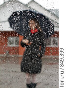 Купить «Фигура девушки с зонтом за мокрым стеклом», фото № 849399, снято 6 мая 2009 г. (c) Руслан Кудрин / Фотобанк Лори