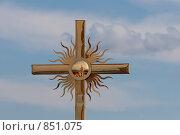 Православный крест на фоне голубого неба,христианство. Стоковое фото, фотограф Инна Додица / Фотобанк Лори