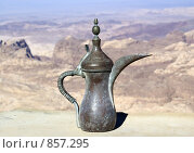 Купить «Арабский чайник на фоне пустыни», фото № 857295, снято 26 ноября 2008 г. (c) Irina Opachevsky / Фотобанк Лори