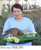 Купить «Женщина с подносом  еды», фото № 858391, снято 10 мая 2009 г. (c) Анна Игонина / Фотобанк Лори