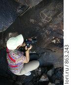 Купить «Фотограф снимает древние индейские наскальные рисунки», фото № 863243, снято 18 марта 2009 г. (c) Shawn A. Nelson / Фотобанк Лори