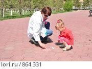 Мама рисует. Стоковое фото, фотограф Григорий Дашкин / Фотобанк Лори