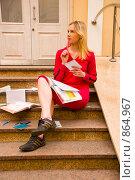 Купить «Студентка сидит на ступеньках у входа в институт и готовится к зачету», фото № 864967, снято 5 мая 2009 г. (c) Олег Тыщенко / Фотобанк Лори