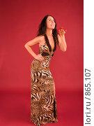 Купить «Красивая молодая женщина на красном фоне.  Держит на руке бабочку», фото № 865107, снято 25 февраля 2009 г. (c) Олег Тыщенко / Фотобанк Лори