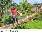 Купить «Мужчина, жарящий мясо на мангале», фото № 867703, снято 30 августа 2008 г. (c) Лукиянова Наталья / Фотобанк Лори