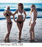 Три девушки на пляже. Стоковое фото, фотограф Ольга Хорошунова / Фотобанк Лори